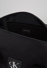 Calvin Klein Jeans - SPORT ESSENTIALS  DUFFLE  - Treningsbag - black - 4