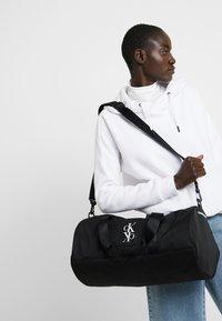 Calvin Klein Jeans - SPORT ESSENTIALS  DUFFLE  - Treningsbag - black - 5