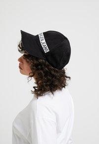 Calvin Klein Jeans - LOGO TAPE  - Kšiltovka - black - 4