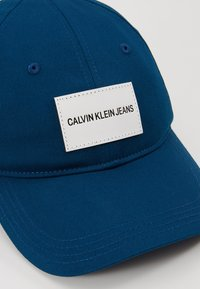 Calvin Klein Jeans - INSTITUTIONAL PATCH - Czapka z daszkiem - blue