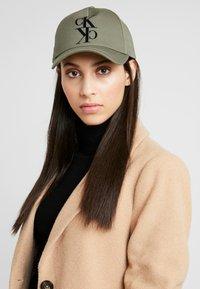 Calvin Klein Jeans - J MIRROR CK CAP WITH FLOCKING - Cap - green - 4