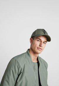 Calvin Klein Jeans - J MIRROR CK CAP WITH FLOCKING - Cap - green - 1