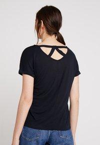 comma casual identity - KURZARM - T-shirt z nadrukiem - blue placed - 2
