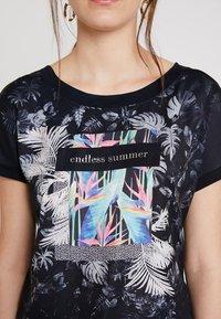 comma casual identity - KURZARM - T-shirt z nadrukiem - blue placed - 5