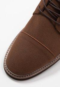 Cotton On - HUTCHISON DRESS BOOT - Šněrovací kotníkové boty - brown - 5