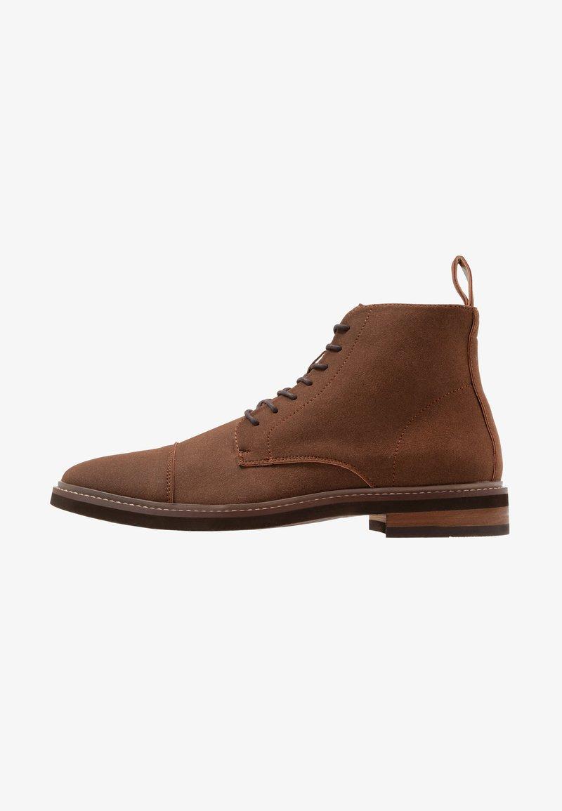 Cotton On - HUTCHISON DRESS BOOT - Šněrovací kotníkové boty - brown