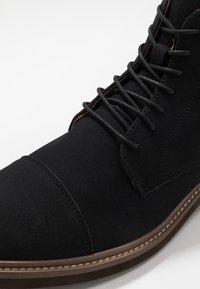 Cotton On - HUTCHISON DRESS BOOT - Šněrovací kotníkové boty - black - 5