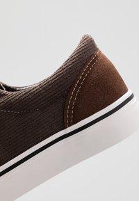 Cotton On - AXEL SHOE - Sneakersy niskie - brown - 5