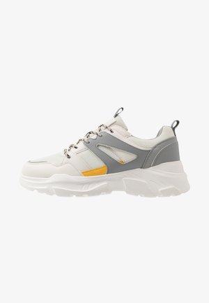 OSKAR CHUNKY - Sneakers laag - white/grey/yellow