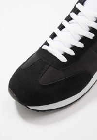 Cotton On - RYAN RETRO TRAINER - Sneakersy niskie - black/white - 5
