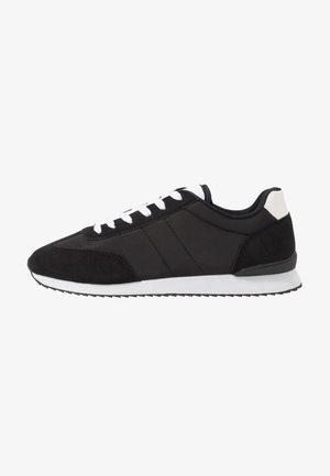 RYAN RETRO TRAINER - Sneakers - black/white