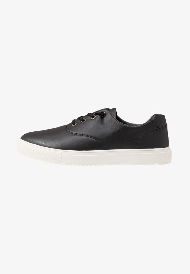 HIGGINS TRAINER - Matalavartiset tennarit - black/white