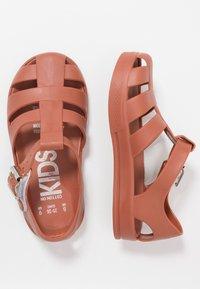 Cotton On - JELLY - Sandały kąpielowe - amber brown - 0