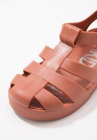 Cotton On - JELLY - Sandały kąpielowe - amber brown - 2
