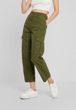 BREYA UTILITY CROP PANT - Spodnie materiałowe - winter moss