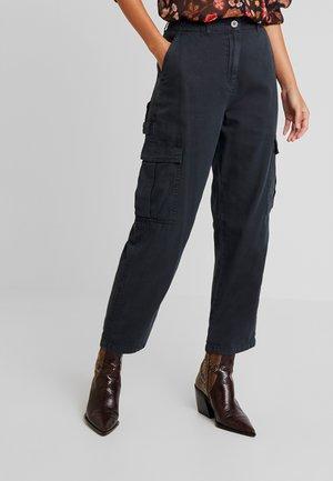 BREYA UTILITY CROP PANT - Broek - washed black
