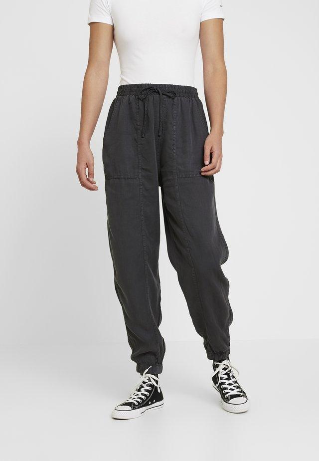 CHELSEA LIGHTWEIGHT - Spodnie materiałowe - washed black