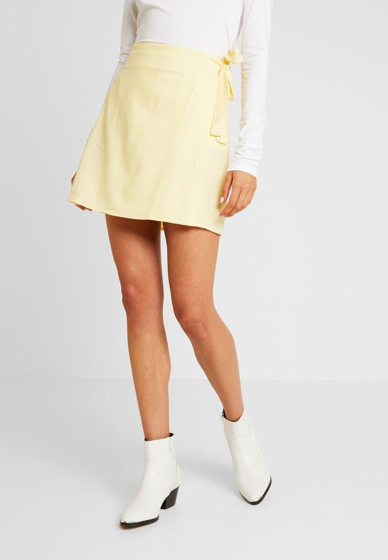Cotton On - WOVEN HEIDI WRAP SKIRT - Áčková sukně - popcorn