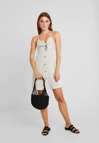 Cotton On - TIE FRONT MINI DRESS - Jerseyjurk - brownie/white - 2