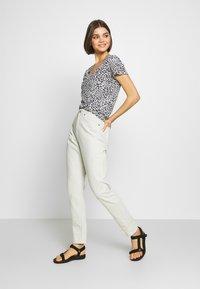 Cotton On - THE DEEP V - T-shirt basic - washed lilian grey marle - 1
