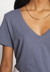 Cotton On - THE DEEP V - T-shirt basic - grisaille - 5