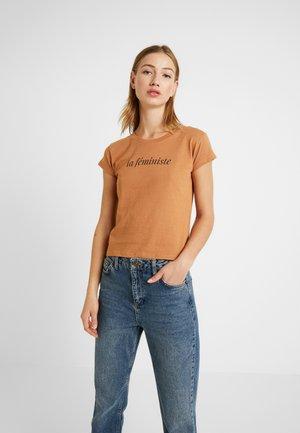 BASIC ART - Camiseta estampada - cognac