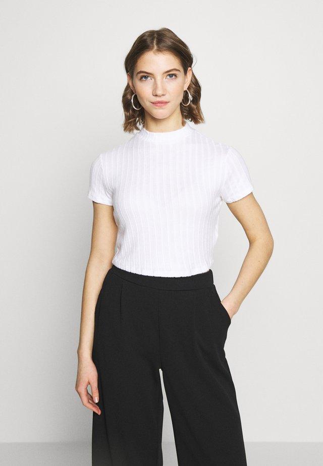 MOCK NECK TEXTURE SHORT SLEEVE - T-shirt z nadrukiem - white