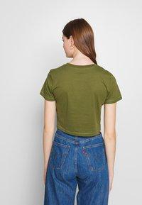 Cotton On - THE ONE BABY TEE - T-shirt z nadrukiem - winter moss - 2