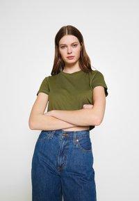Cotton On - THE ONE BABY TEE - T-shirt z nadrukiem - winter moss - 3