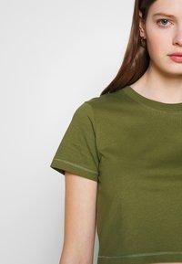 Cotton On - THE ONE BABY TEE - T-shirt z nadrukiem - winter moss - 5