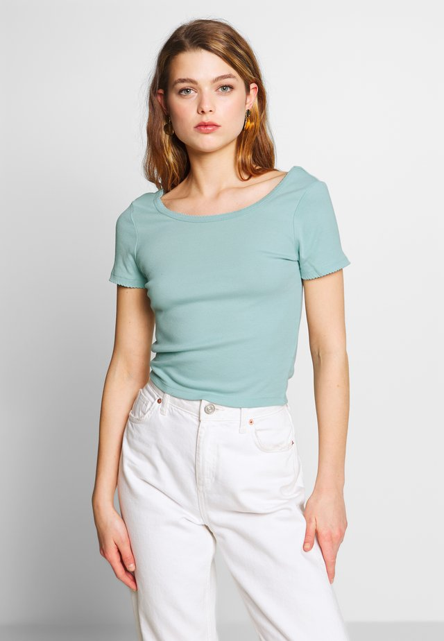 SWEETHEART SCOOP BACK TEE - T-shirt z nadrukiem - cloud blue