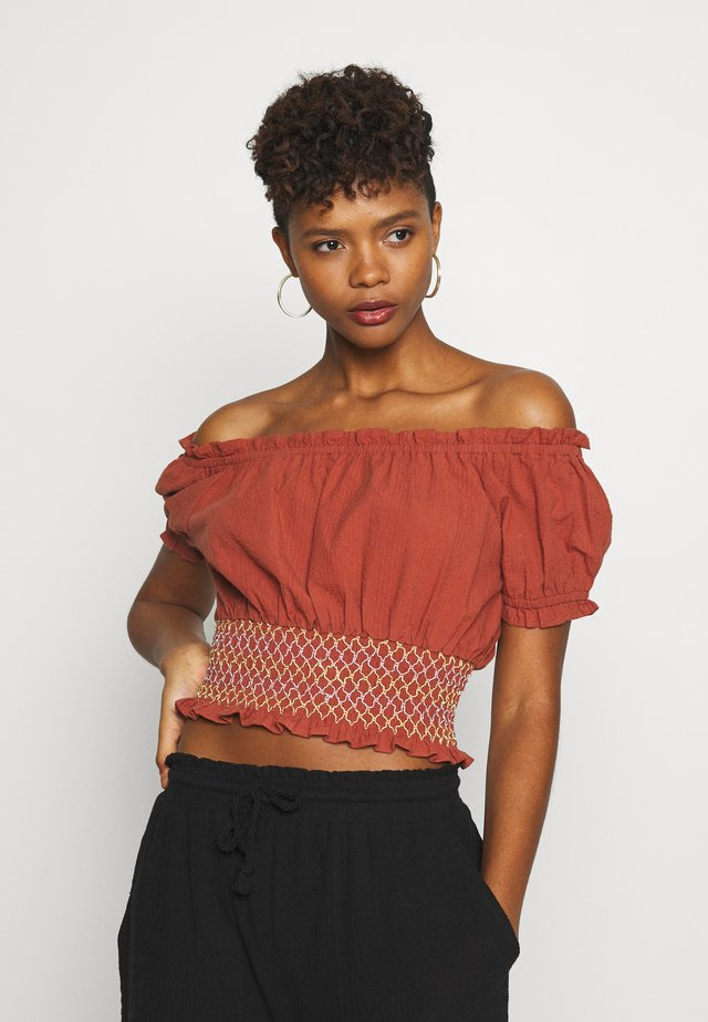 SUNSET SHIRRED OFF SHOULDER - Bluzka - dusty brown