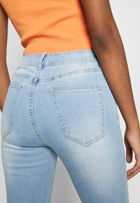 Cotton On - MID RISE GRAZER  - Jeans Skinny Fit - bleach blue - 4
