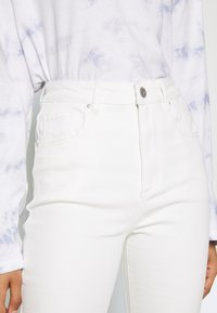 Cotton On - HIGH RISE GRAZER - Flared Jeans - white - 4