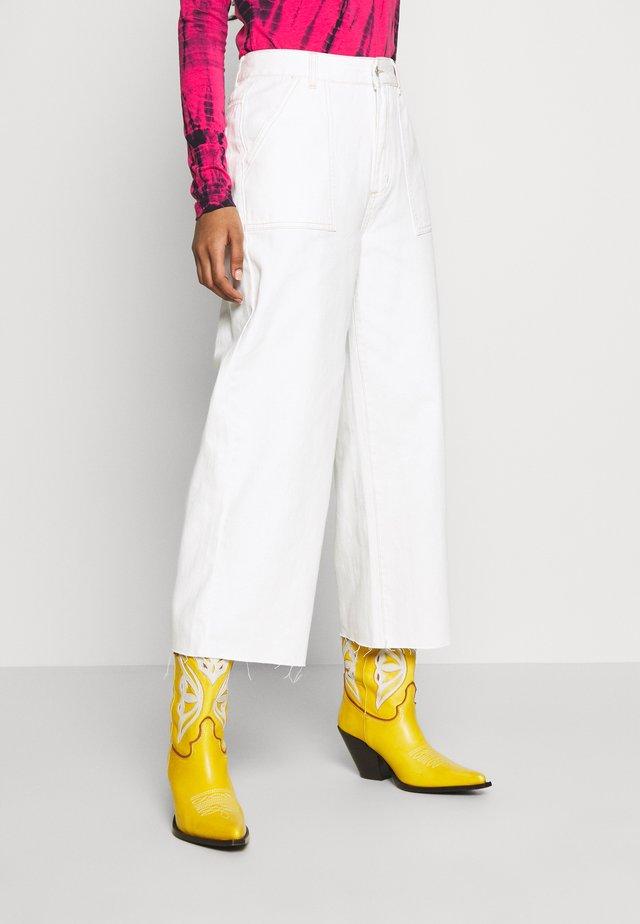 HIGH RISE WIDE LEG - Vaqueros a campana - vintage white
