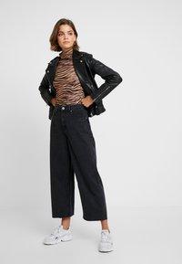 Cotton On - HIGH RISE WIDE LEG - Flared Jeans - vintage black - 1