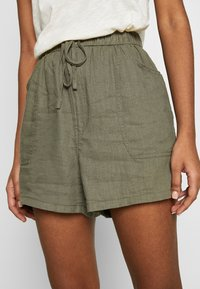 Cotton On - DRAPEY LONGLINE - Szorty - dark olive - 4
