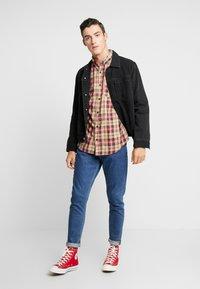 Cotton On - BRUNSWICK SLIM FIT - Overhemd - tan/multi - 1