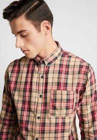 Cotton On - BRUNSWICK SLIM FIT - Overhemd - tan/multi - 5