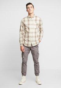 Cotton On - BRUNSWICK SLIM FIT - Skjorta - natural bold check - 1
