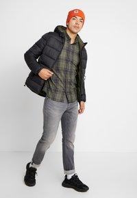 Cotton On - BRUNSWICK SLIM FIT - Skjorte - khaki/navy - 1