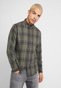 Cotton On - BRUNSWICK SLIM FIT - Skjorte - khaki/navy - 0
