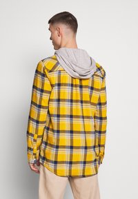 Cotton On - RUGGED HOODED SHIRT - Camisa - yellow - 2
