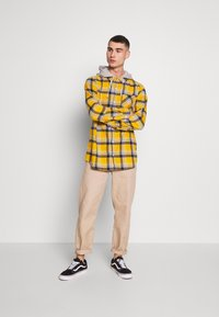 Cotton On - RUGGED HOODED SHIRT - Camisa - yellow - 1