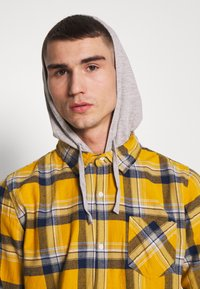 Cotton On - RUGGED HOODED SHIRT - Camisa - yellow - 4