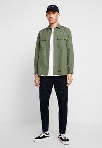 Cotton On - OXFORD TROUSER - Pantalon classique - navy green - 1