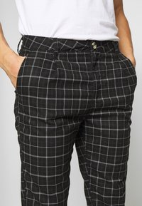 Cotton On - OXFORD TROUSER - Kalhoty - shadow check - 5