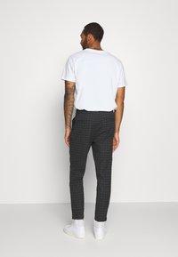 Cotton On - OXFORD TROUSER - Kalhoty - black/off-white - 2