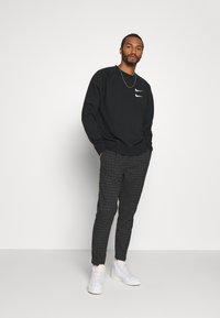 Cotton On - OXFORD TROUSER - Kalhoty - black/off-white - 1