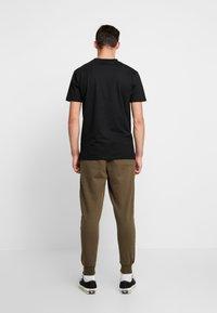 Cotton On - TRIPPY TRACKIE - Spodnie treningowe - army green - 2